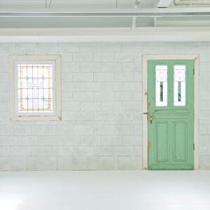 ナチュラルな白レンガの壁画とドア