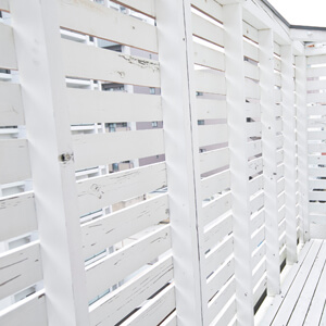 自然光を利用した白いウッドテラス